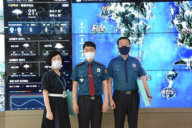 0611 통영서 통합관제센터 감사장수여사진.JPG
